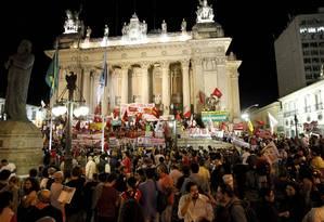 Protesto. Manifestantes ocupam escadarias da Alerj com faixas contra a presidente Dilma Rousseff e o governador Sérgio Cabral Foto: Marcelo Piu30/08/2013 / Agência O Globo