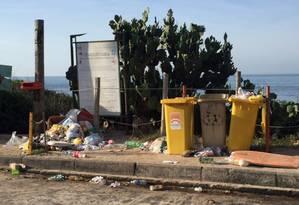 Sujeira. Pilhas de lixos permaneciam espalhados por Itacoatiara no dia seguinte ao feriado de Finados Foto: Foto do leitor