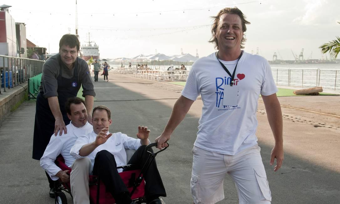 Triatleta de montanha, Olivier Cozan demonstra sua força puxando os chefs David Mansaud e Christoph Lidy - com uma ajudinha de Pascal Jolly Adriana Lorete / Agência O Globo