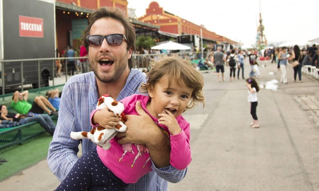 Elia Schramm é pai da Olivia que, com 13 quilos, faz dele também um levantador de peso Mônica Imbuzeiro / Agência O Globo