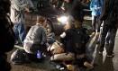 Manifestante é tratado após ser baleado em Portland, Oregon Foto: STRINGER / REUTERS