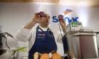 Rafa Costa e Silva prepara pratos com ingredientes de suas hortas Foto: Adriana Lorete / Agência O Globo