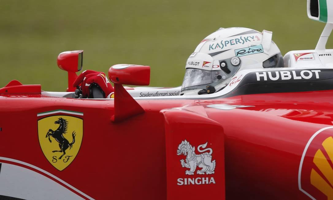 Sebastian Vettel acelera na pista em Interlagos Leo Correa / AP