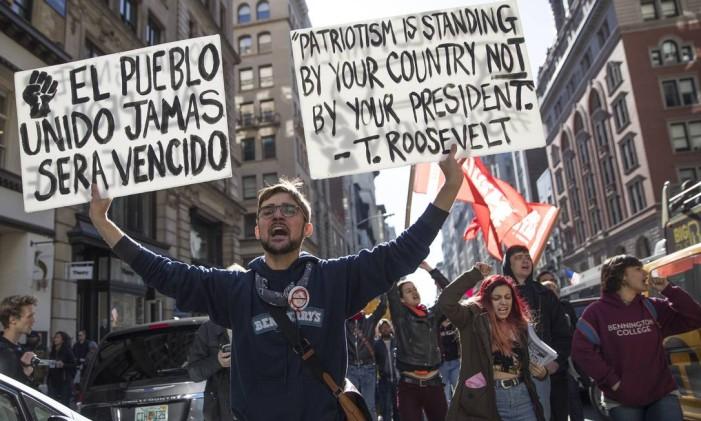 Manifestantes marcham pela 5ª Avenida, em Nova York, durante protesto contra a eleição de Donald Trump para a presidência dos Estados Unidos Foto: Mary Altaffer / AP