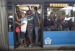 Usuários embarcam em terminal do BRT, na Barra: fim do ciclo de investimentos em mobilidade urbana e crise fiscal contribuem para queda em investimentos em infraestrutura. Especialistas teme piora dos serviços Foto: Márcia Foletto