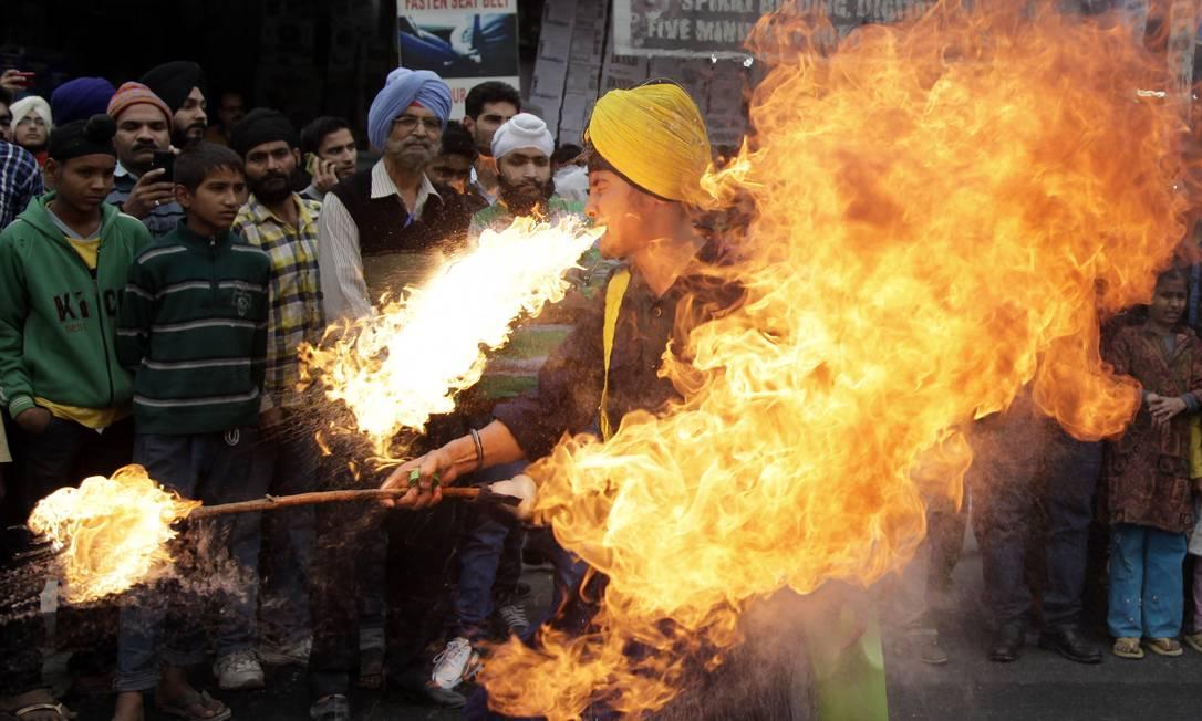 Devoto Sikh exibe habilidades de artes marciais durante procissão religiosa, antes do aniversário de nascimento do Guru Nanak, em Jammu, na Índia Channi Anand / AP