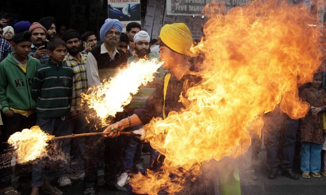 Devoto Sikh exibe habilidades de artes marciais durante procissão religiosa, antes do aniversário de nascimento do Guru Nanak, em Jammu, na Índia Foto: Channi Anand / AP