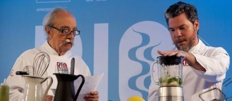 Mestre e pupilo. José Hugo Celidônio e Pedro de Artagão cozinham juntos Foto: Adriana Lorete / Agência O Globo
