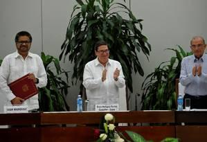 Novo acordo. O chanceler cubano Bruno Rodríguez Parrilla (ao centro) aplaude o comandante da guerrilha Ivan Marquez (à esquerda) e o chefe da delegação colombiana, Humberto de la Calle (à direita) Foto: YAMIL LAGE / YAMIL LAGE/AFP