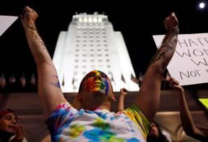Manifestante com arco-íris, símbolo do movimento LGBT, no rosto protesta contra o magnata diante da prefeitura de Los Angeles, Califórnia Foto: PATRICK T. FALLON / REUTERS