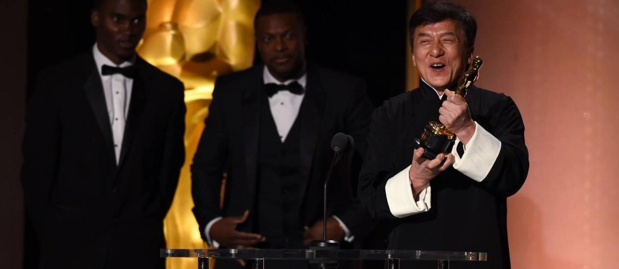 Homenageado, Jackie Chan comemora com seu Oscar Foto: ROBYN BECK / AFP