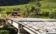 Obras de uma ponte em São José do Vale do Rio Preto avançam lentamente depois da demissão de operários