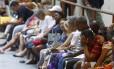 Fila gigante de usuários do SUS à espera de senha para marcação de exames em hospital público do Rio
