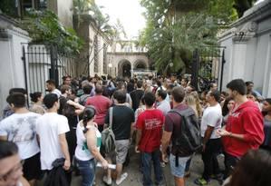 Candidatos chegam a local de prova do Enem no Rio de Janeiro Foto: Alexandre Cassiano / Agência O Globo