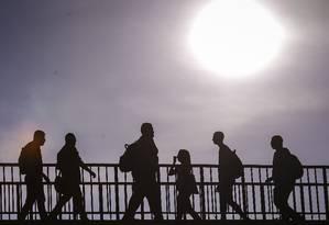 Pedestres caminham em dia de calor no Centro do Rio de Janeiro Foto: Alexandre Cassiano / Agência O Globo