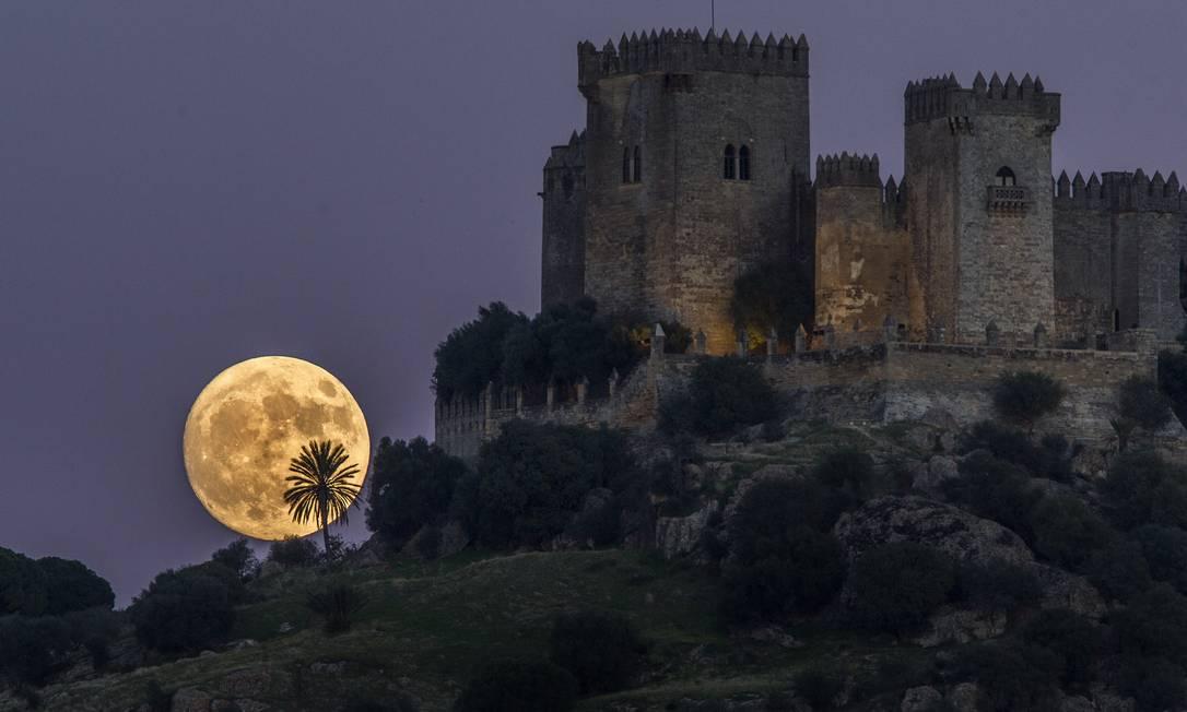 A Lua é vista atrás do castelo de Almodovar, em Córdoba, no sul da Espanha Miguel Morenatti / AP