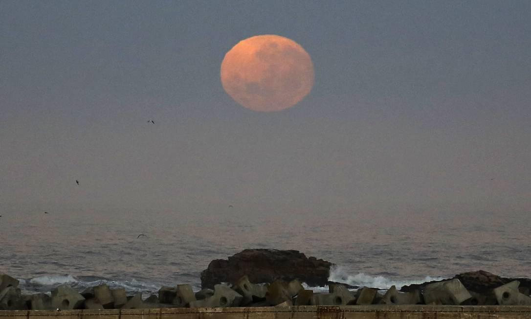 Nesta segunda-feira, a Lua fará sua maior aproximação com a Terra desde 1948. Na imagem, ela é vista no domingo em Lambert's Bay, na África do Sul Schalk van Zuydam / AP