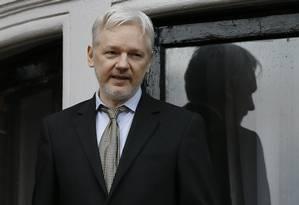 Em fevereiro de 2016, Julian Assange fala da varanda a embaixada equatoriana em Londres Foto: Kirsty Wigglesworth / AP