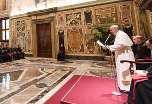 O Papa Francisco fala durante uma audiência privada com o time de futebol da Alemanha, nesta segunda-feira Foto: MARKUS GILLIAR / AFP