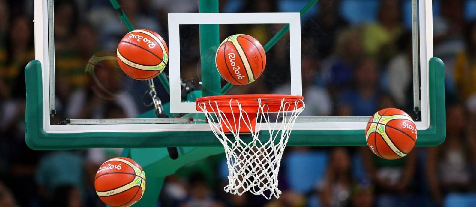 Bolas voam perto da cesta em aquecimento para jogo de basquete da Olimpíada do Rio Foto: Pablo Jacob / Agência O Globo
