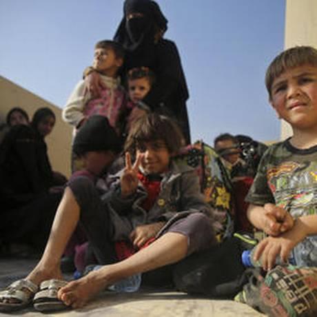 Crianças iraquianas fogem de Mossul com os pais Foto: AP