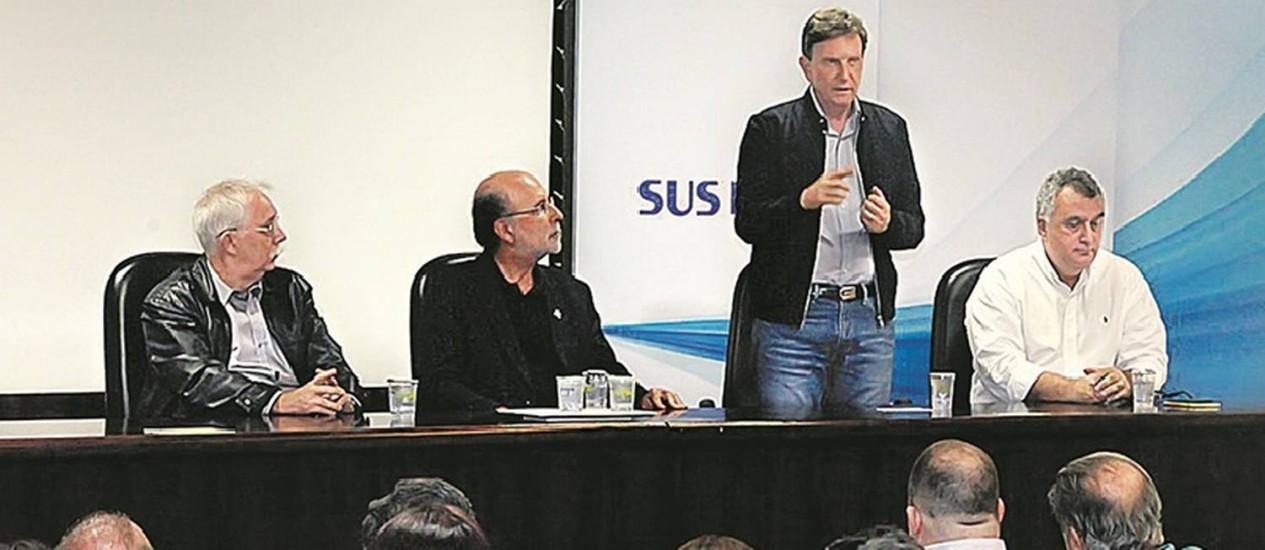 Encontro. Crivella conversa com funcionários do Souza Aguiar, ao lado do futuro secretário de Saúde, Carlos Eduardo (de branco), em visita realizada ontem Foto: Divulgação