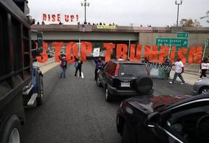 Alvo. Manifestantes fecham avenida em Washington, em protesto contra Trump e o TPP. Os eleitores do republicano podem não se beneficiar de suas políticas Foto: ALEX WONG / Getty Images/AFP