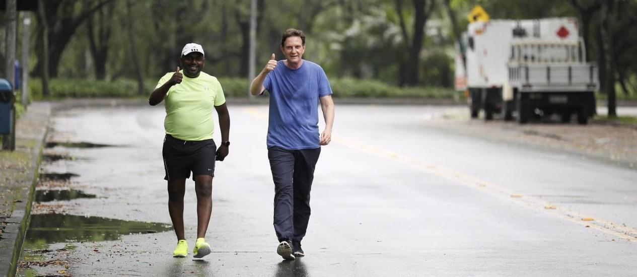 O prefeito eleito Marcelo Crivella faz sua corrida matinal com um amigo no condomínio onde mora na Barra Foto: Pablo Jacob / O Globo