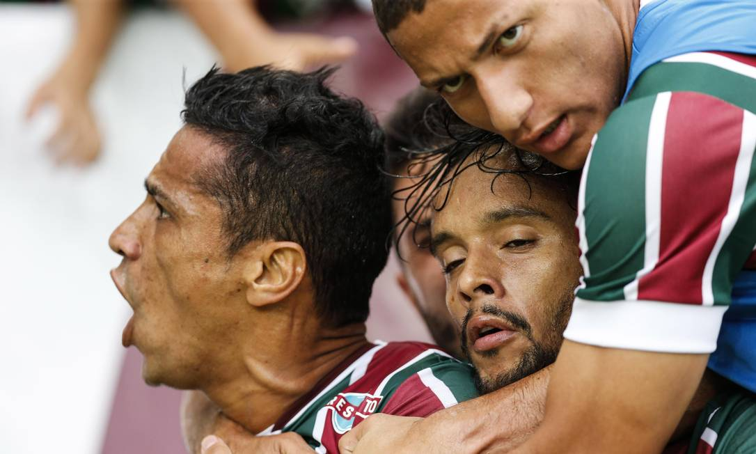 Cícero solta o grito após marcar gol pelo Fluminense sobre o Atlético-PR, abraçado por Scarpa e Richarlison Alexandre Cassiano / Agência O Globo