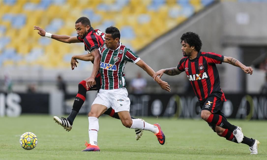 Fluminense e Atlético-PR fizeram um primeiro tempo bastante movimentado no Maracanã Alexandre Cassiano / Agência O Globo