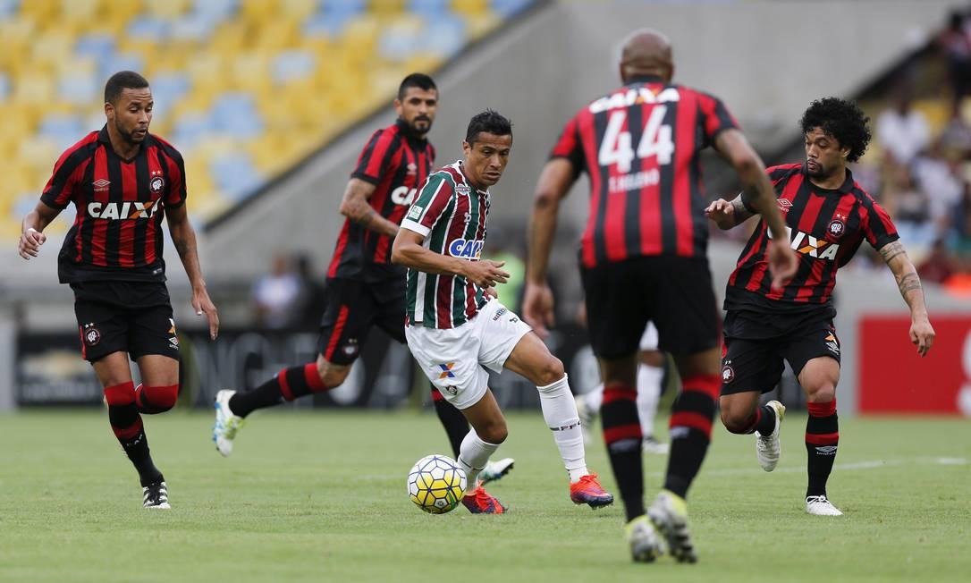 Cícero cercado por quatro adversários no meio de campo: Fluminense x Atlético-PR Alexandre Cassiano / Agência O Globo