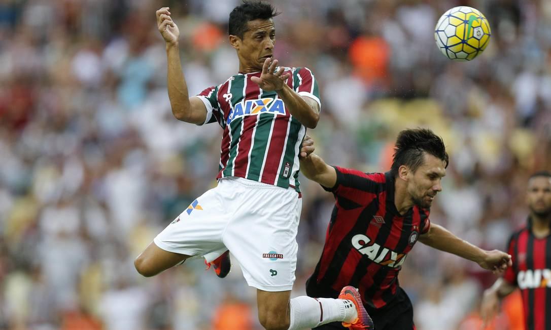 Cícero desvia de cabeça, antes da zaga, e marca para o Fluminense contra o Atlético-PR, no Maracanã Alexandre Cassiano / Agência O Globo