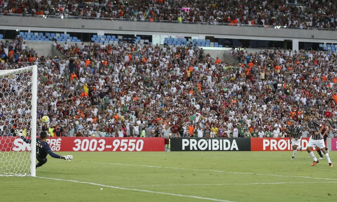 Gustavo Scarpa bate o pênalti para o Fluminense, mas o goleiro Santos, do Atlético-PR, defende com o pé esquerdo Alexandre Cassiano / Agência O Globo