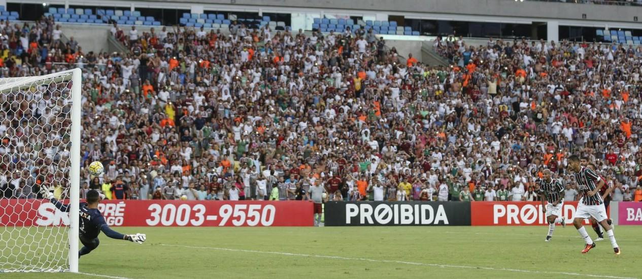 Gustavo Scarpa bate o pênalti para o Fluminense, mas o goleiro Santos, do Atlético-PR, defende com o pé esquerdo Foto: Alexandre Cassiano / Agência O Globo