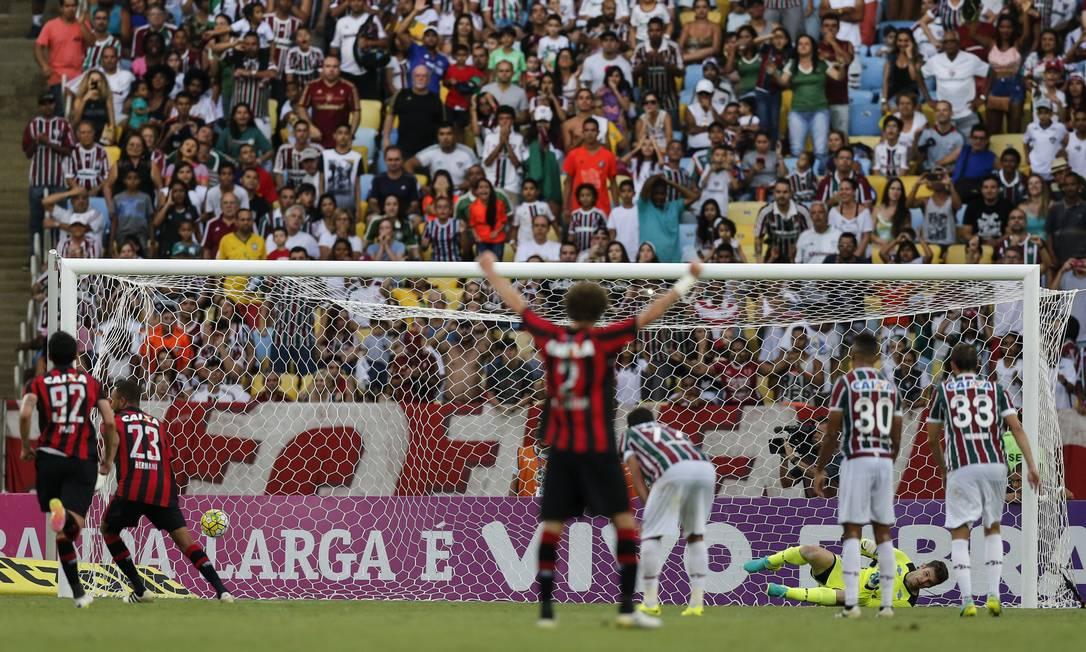 O pênalti para o Atlético-PR Hernani não desperdiçou: foi o gol de empate com o Fluminense Alexandre Cassiano / Agência O Globo