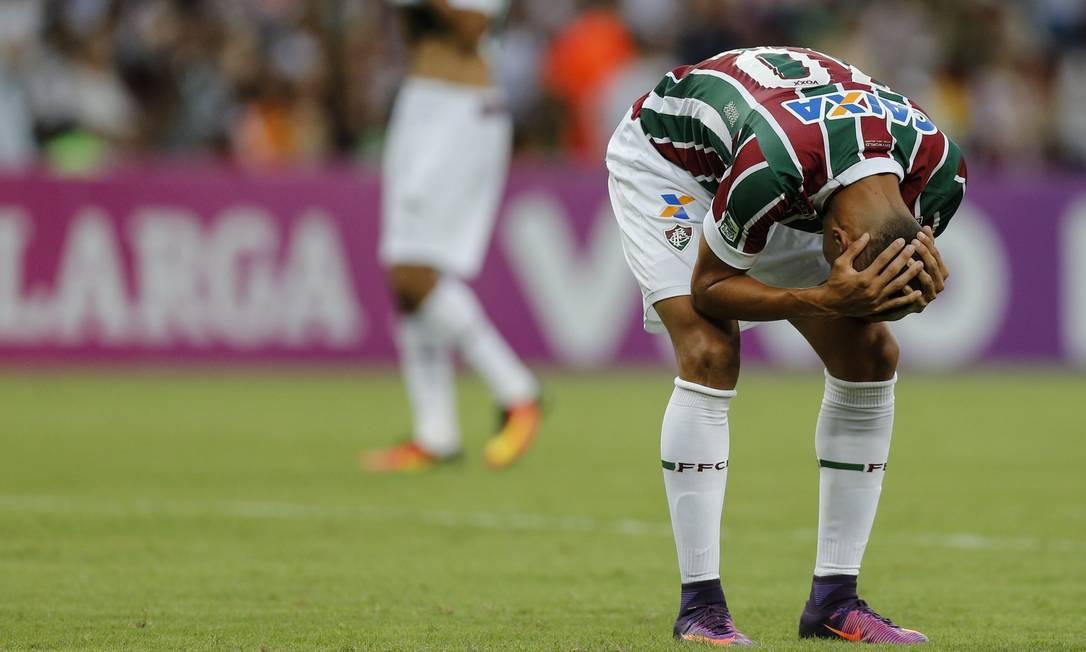 O atacante Richarlison lamenta o empate do Fluminense com o Atlético-PR no Maracanã Alexandre Cassiano / Agência O Globo