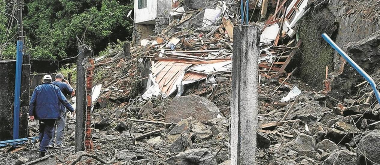 Destruição. Montanha de lama e entulho encobre casas no Quitandinha: barulho ensurdecedor anunciou a tragédia Foto: Custódio Coimbra
