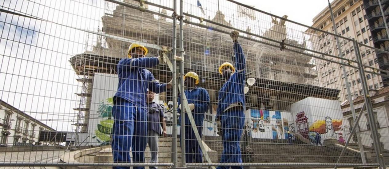 Isolamento. Funcionários montam mais uma cerca em frente à sede da Assembleia Legislativa do Rio, para reforçar a segurança: no sábado já tinham instalado outra grade no local Foto: Antonio Scorza