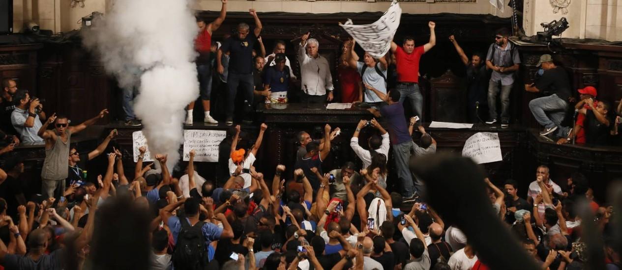 Servidores do estado invadem a Alerj durante protesto Foto: Pablo Jacob/08-11-16
