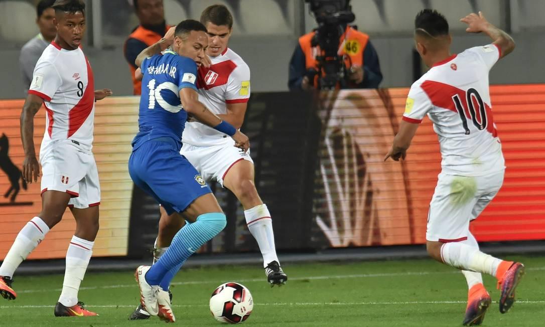 Neymar tenta passar pela marcação de Aldo Corzo LUKA GONZALES / AFP