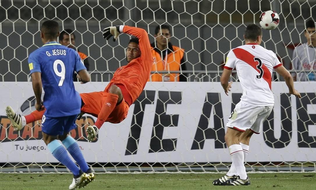 Gabriel Jesus chuta sem chances para o goleiro peruano Martin Mejia / AP