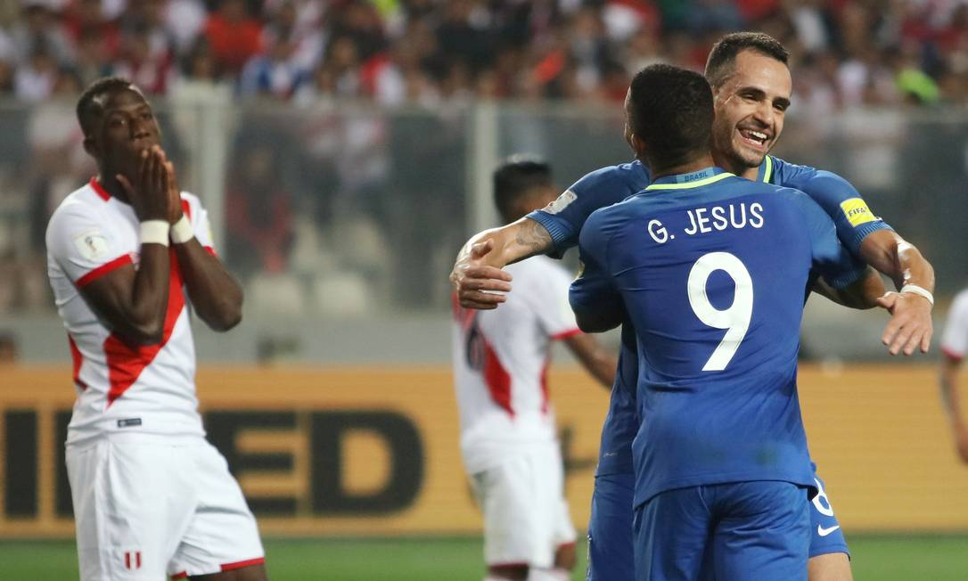 Renato Augusto, autor do segundo gol, abraça Gabriel Jesus, que lhe deu a assistência e marcou o primeiro GUADALUPE PARDO / REUTERS