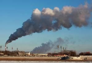 Usinas movidas a combustíveis fósseis precisam de tecnologias de captura e armazenamento de carbono Foto: STRINGER / AFP