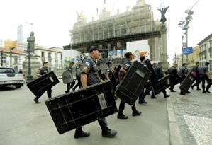 Policiais militares no entorno da Alerj para a votação do pacote do governo Foto: Gabriel de Paiva / Agência O Globo