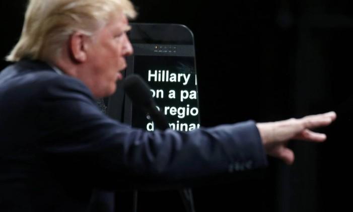 Nome da adversária democrata aparece em teleprompter de Donald Trump, em comício na Carolina do Norte Foto: CARLO ALLEGRI / REUTERS