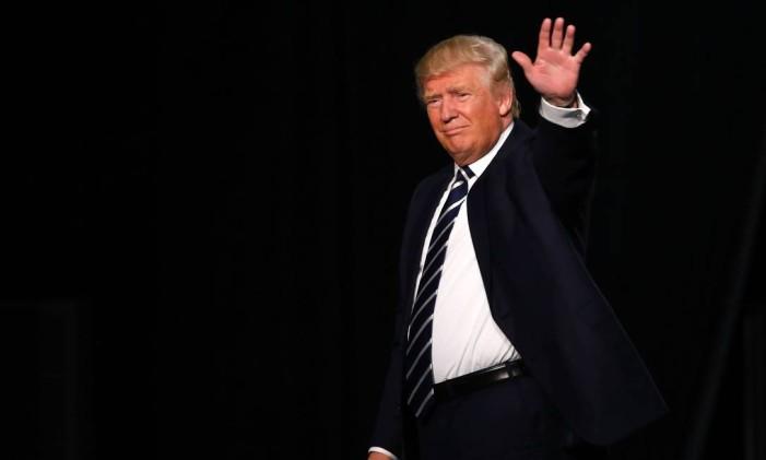Donald Trump acena para partidários em Michigan Foto: JEFF KOWALSKY / AFP