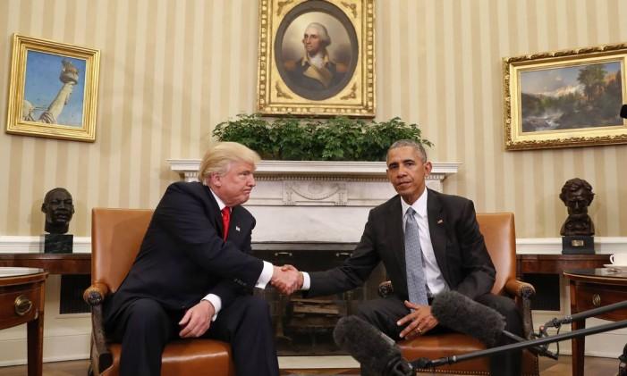 Barack Obama e Donald Trump se cumprimentam em reunião na Casa Branca Foto: Pablo Martinez Monsivais / AP
