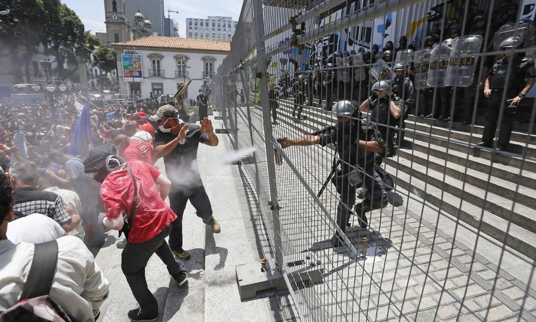 A Polícia usou spray de primenta para dispersar a multidão Foto: Pablo Jacob / Agência O Globo