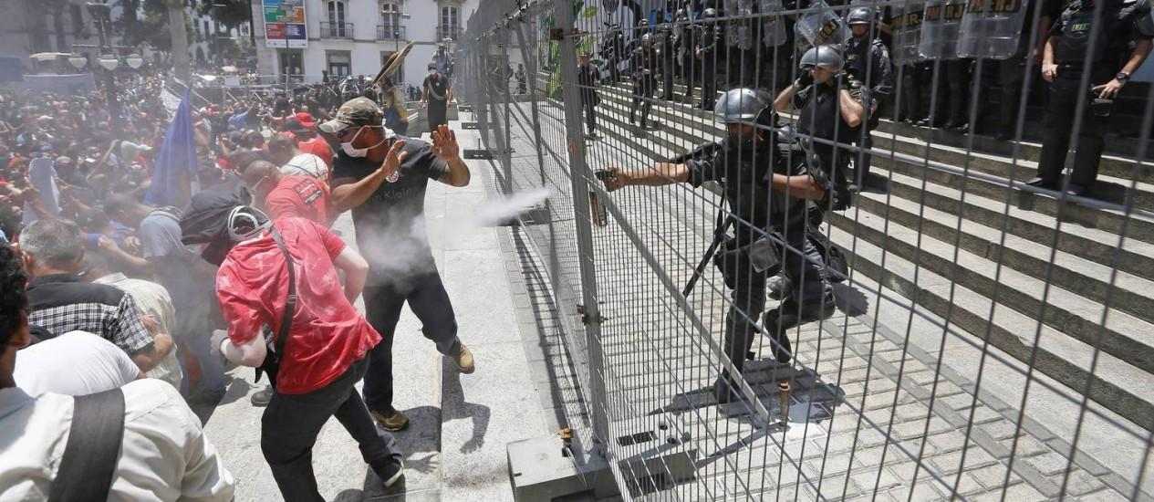 A Polícia usou spray de primenta para dispersar a multidão Foto: Agência O Globo