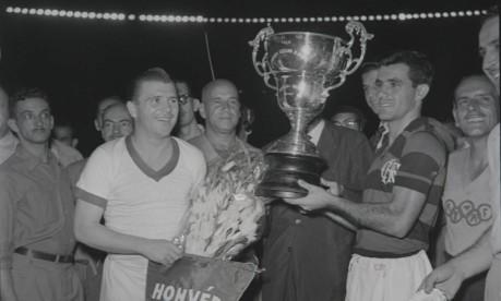 Amistoso. Os capitães Ferenc Puskás e Evaristo na partida entre Flamengo x Honved, no Maracanã, que terminou com a vitória do rubro-negro por 6 a 4 e foi assistida pelo presidente Juscelino Kubitschek. Na revanche no Pacaembu, os húngaros venceram por 3 a 2 Foto: 19/01/1957 / Reprodução